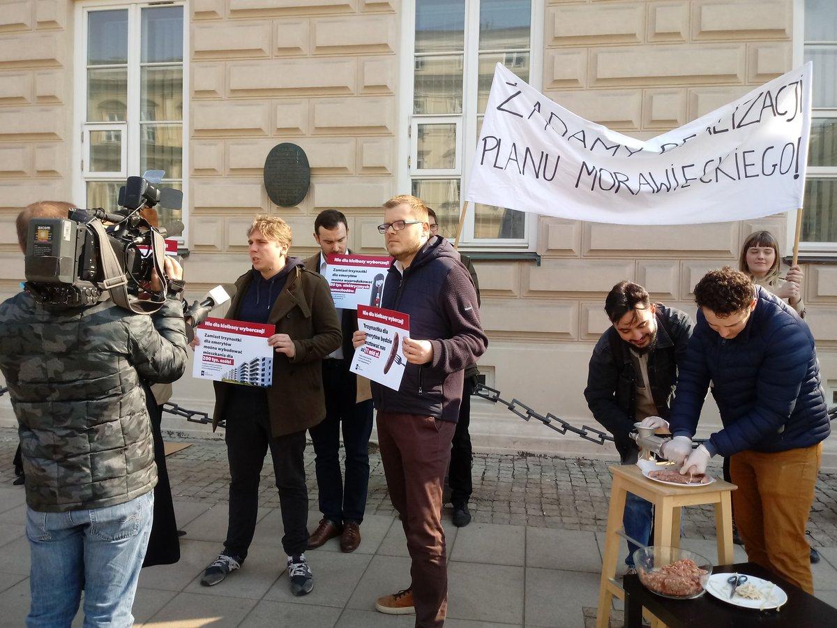 """Jak się robi kiełbasę wyborczą? Happening i petycja przeciwko """"trzynastce"""" dla emerytów"""