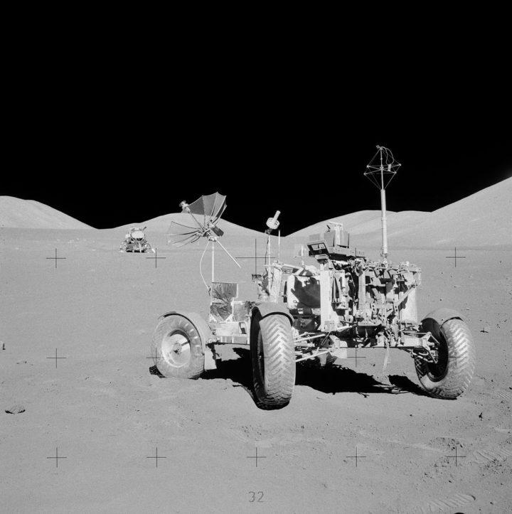 Marsjański pojazd wmiejscu, wktórymzałoga Apollo 17 zaparkowała go poraz ostatni. Nikt się doniego niezbliżył od1972 r. Źródło: Wikipedia