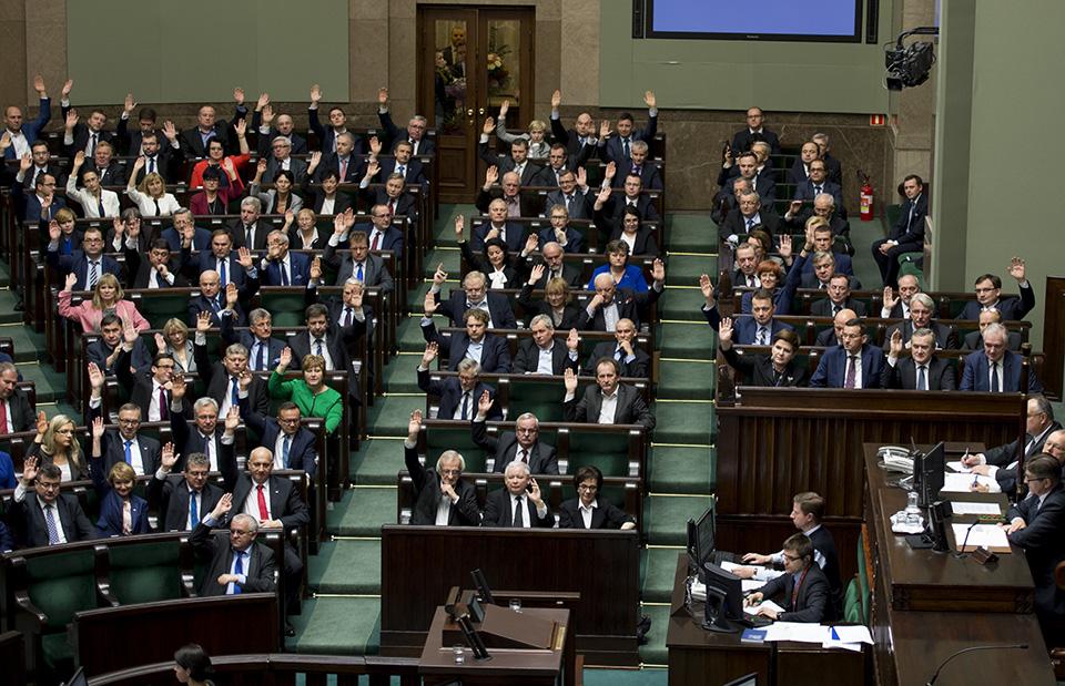 Wybory parlamentarne w sierpniu? Blef Kaczyńskiego albo samobójstwo prawicy [SCENARIUSZE]