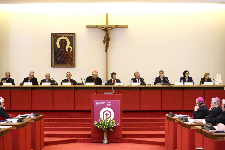 """Rada Społeczna Episkopatu krytykuje PiS za media publiczne i """"transfery finansowe"""""""