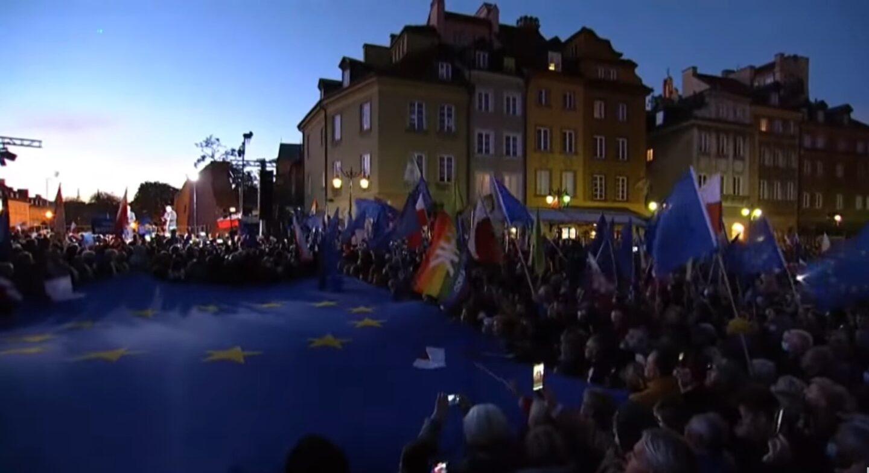 """""""Wstawanie z kolan"""" i """"odzyskiwanie suwerenności"""" czy wyprowadzanie Polski z UE? Odpowiedź jest zupełnie inna i znacznie poważniejsza"""